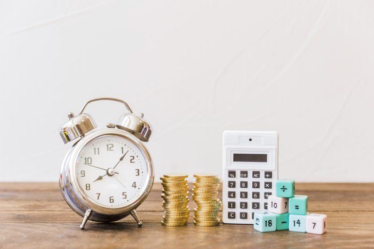 Pièces de monnaies et calculatrice illustrant les changements de l'impôt sur le revenu